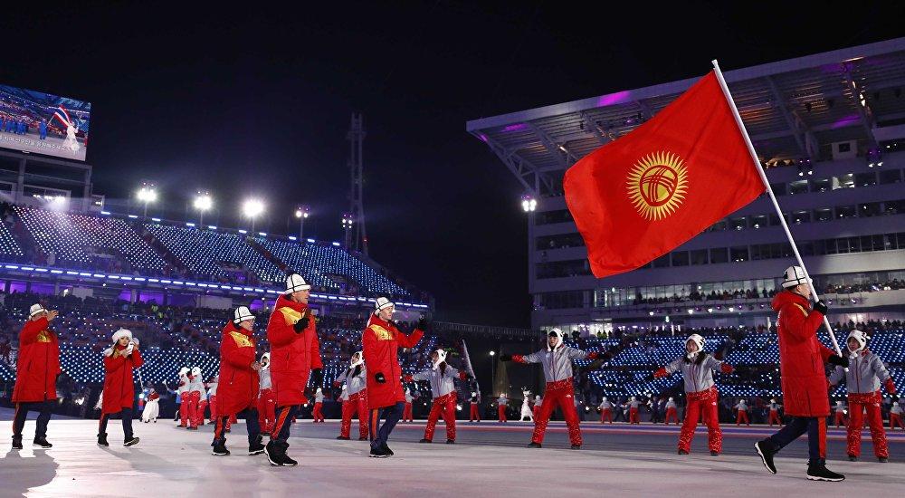 Кыргызстандын спортчулары Олимпиаданын ачылышында. Делегациянын курамына эки спортчу, эки машыктыруучу жана Кыргызстандын олимпиада комитетинин эки өкүлү кирген. Алардын бардыгы ак калпак жана кызыл кийим менен чыгышты. Өлкө туусун биатлончу Тариэль Жаркымбаев көтөрүп өттү