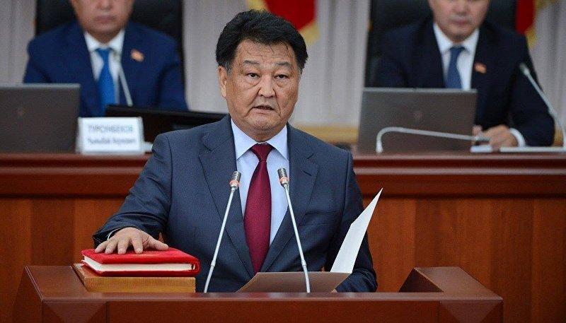 Министр здравоохранения Кыргызской Республики Талантбек Батыралиев во время принесения присяги новыми членами правительства КР