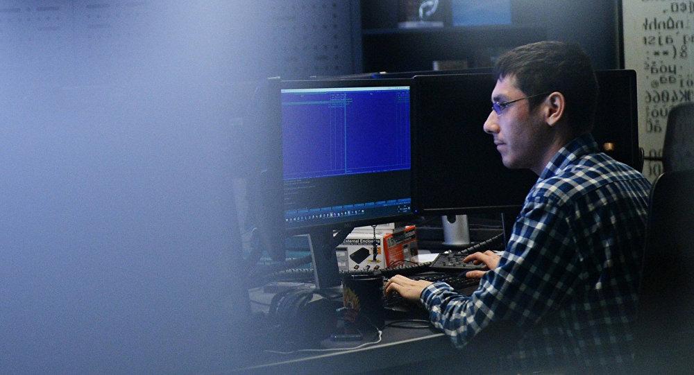 Сотрудник IT-компании во время работы. Архивное фото