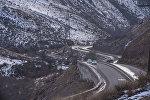 Автомобили по дороге на Боомском ущелье в Иссык-Куле. Архивное фото