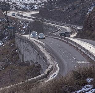 Автомобили по дороге на Боомском ущелье. Архивное фото