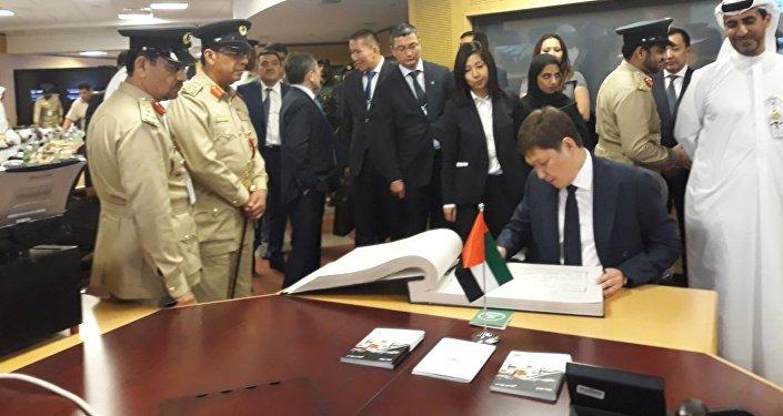 Дубай полициясы өзүнүн ишмердүүлүгү тууралуу презентация өткөргөндөн кийин Сапар Исаков атайын китепчеге каалоо-тилек калтырды