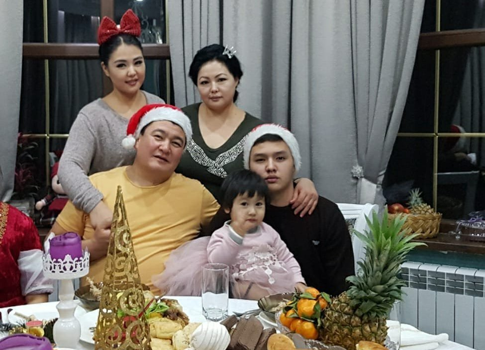 Журналист, продюсер телеканала Маданият, тарых, тил Назира Аалы кызы с семьей