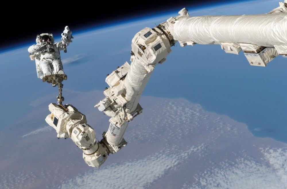 Астронавт Стивен Керн Робинсон ачык космоско чыкканда