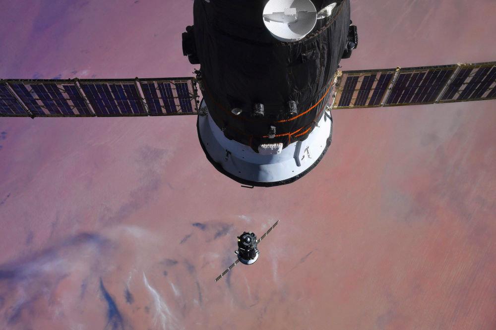 Эл аралык космос станциясынын командири Александр Мисуркин Союз МС-07 кемеси станциянын жанына жалгашкан учурду сүрөткө тартууга жетишкен
