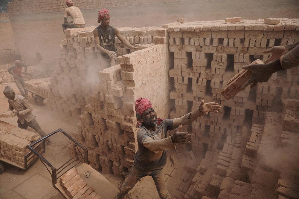 Даккадагы (Бангадеш) кыш фабрикасынын кызматкери иш учурунда