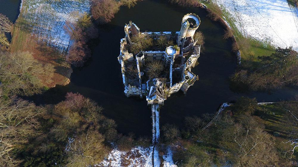 Франциянын батышындагы Ле Труа-Мутье шаарынын жанындагы Мот-Шанденье сепилинин асмандан көрүнүшү
