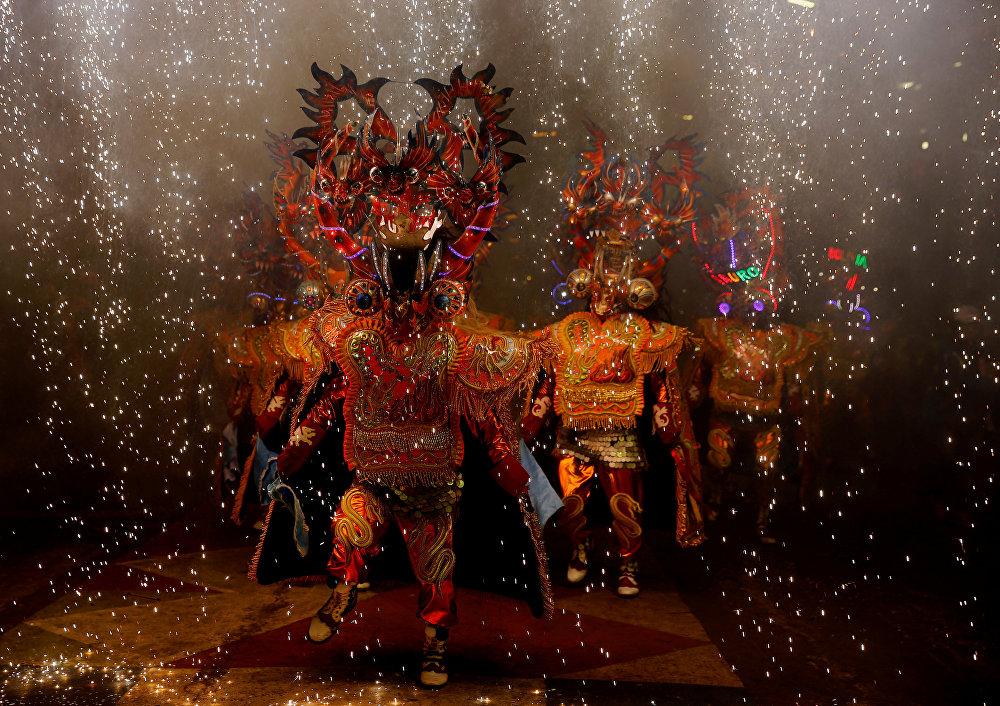 Diablada Urus тобу Оруро шаарында өткөн карнавалда бийлеп жатышат (Боливия)