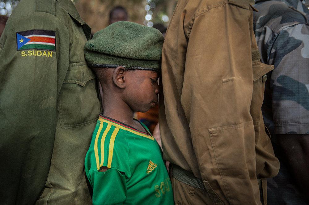 Түштүк Суданда аскердик кызматтан бошотууну күтүп кезекте турган бала
