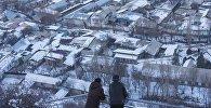 Люди смотрят с горы Сулайман-Тоо на город Ош. Архивное фото