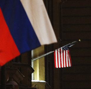 Флаги России и США на здании посольства США. Архивное фото