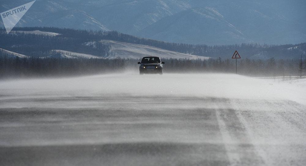 Автомобиль на заснеженной трассе. Архивное фото