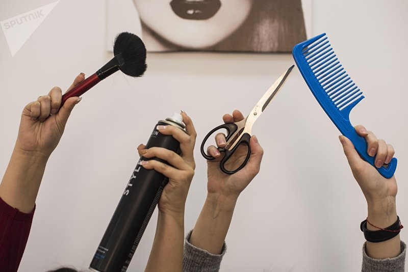 Сотрудники салона красоты с инструментами