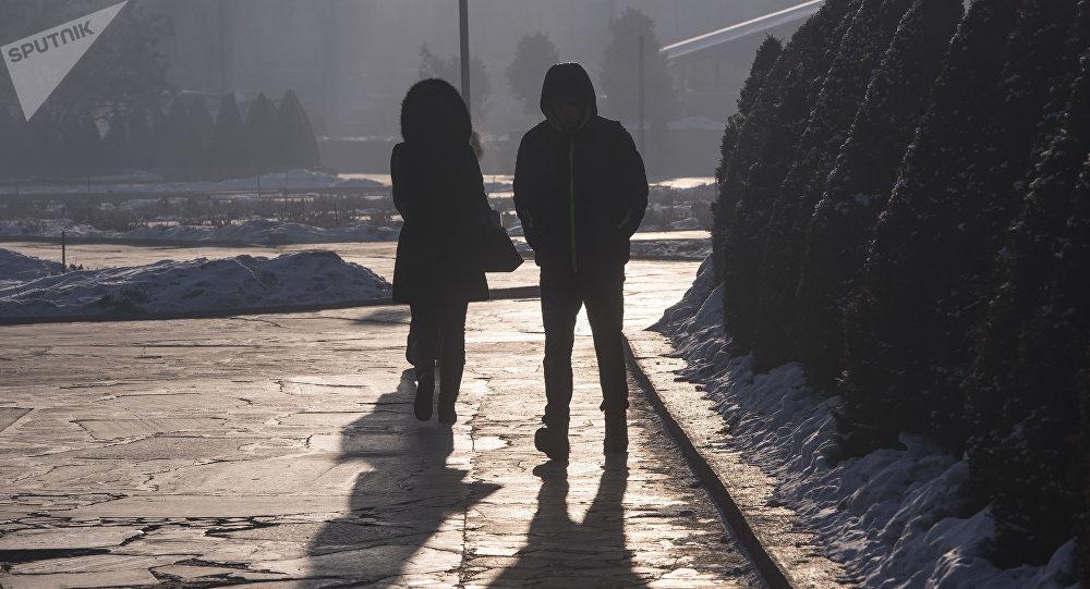 Горожане во время сильных морозов в Бишкеке. Архивное фото