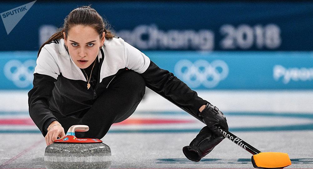 Российская спортсменка Анастасия Брызгалова в матче за третье место турнира по керлингу Россия – Норвегия на соревнованиях в дисциплине дабл-микст на XXIII зимних Олимпийских играх.
