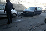 Столкновение двух легковых автомобиля и троллейбуса в Бишкеке
