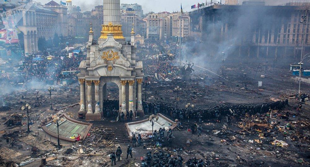 Сотрудники правоохранительных органов и сторонники оппозиции на площади Независимости в Киеве, где начались столкновения митингующих и сотрудников милиции. Архивное фото