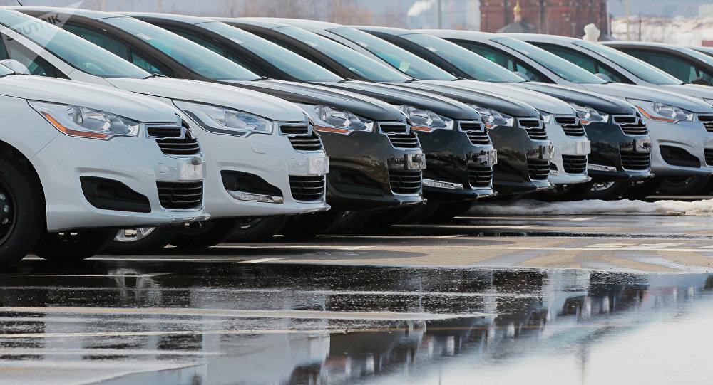 Готовые автомобили на территории завода. Архивное фото