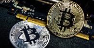 Сувенирные монеты с логотипами криптовалюты биткоин. Архивное фото