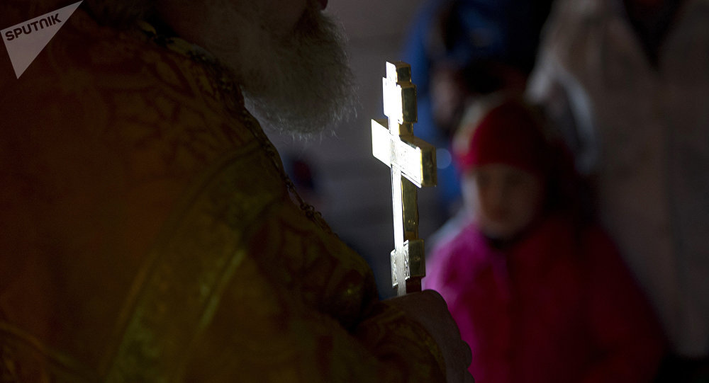 Священник ведет богослужение. Архивное фото