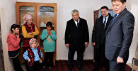 Премьер-министр КР Сапар Исаков в рамках рабочей поездки в Баткенскую область навестил малоимущую семью Тазагул Мамытовой, проживающей в селе Алга Кадамжайского района.