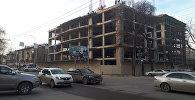 Бишкектеги Киев менен Панфилов көчөлөрүнүн кесилишине, Жогорку Кеңештин (Ак үй) каршы тарабына көп функционалдуу административдик имарат курулуп жатат