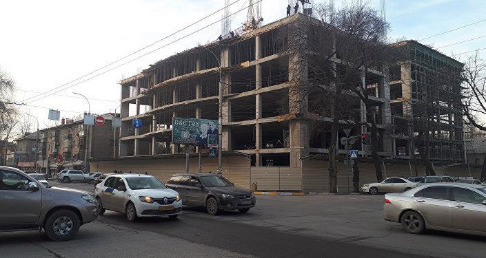 На пересечении улиц Киевской и Панфилова, напротив здания Жогорку Кенеша (Белый дом), строится многофункциональное административное здание
