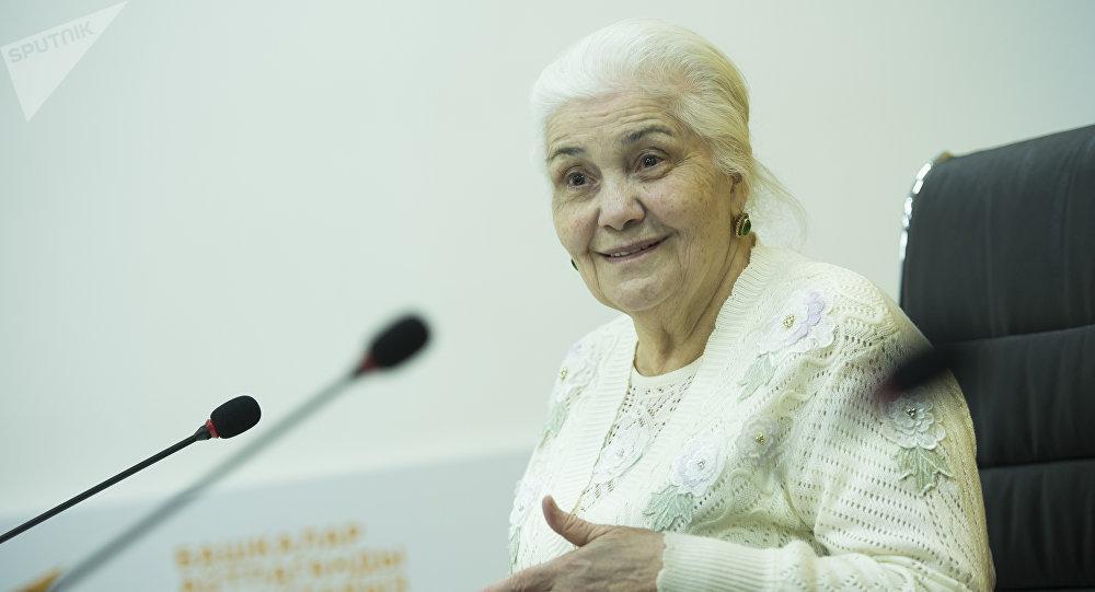 Вдова известного кабардино-балкарского поэта Кайсына Кулиева Элизат Кулиева во время интервью Sputnik Кыргызстан