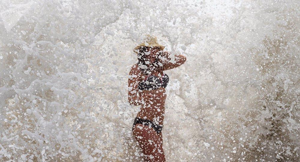 Девушка на пляже. Архивное фото