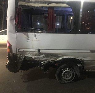 На пересечении улиц Абдрахманова и Токтогула столкнулись пассажирский микроавтоавтобус и легковое авто марки Subaru Forester