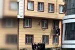 Ребенок выпал из окна, но его поймали, — видео спасения