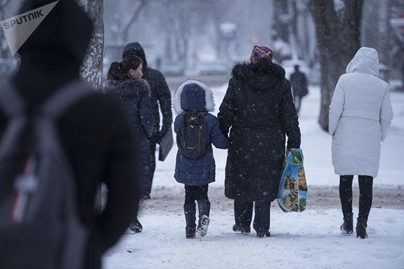 Калбубу Тыналиева со своей 7-летней внучкой Жаркынай, которая переборола рак