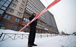 Сотрудник полиции у жилого многоэтажного дома в Санкт-Петербурге. Архивное фото