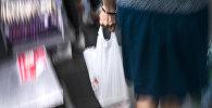 Женщина с полиэтиленовым пакетом. Архивное фото