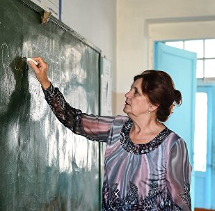 Учитель во время урока. Архивное фото