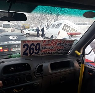 Бишкекте жума күнү эртең менен саат 7.30да жолдун тайгагынан улам Audi арыкка кулап, андан буйтап өтөм деген маршрутка капталына оодарылып калган