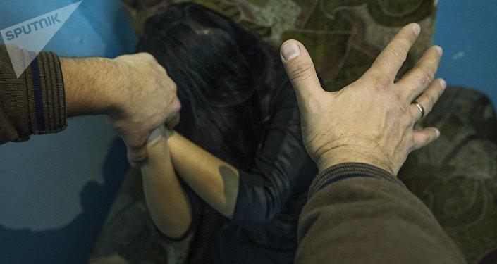 Мужчина имитирует нападени на женщину. Иллюстративное фото