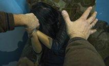 Мужчина имитирует нападени на женщину. Архивное фото