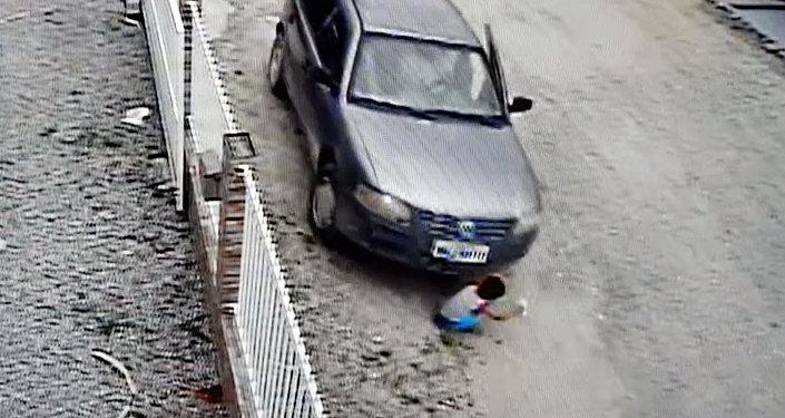 Ребенок чудом выжил, оказавшись под автомобилем, — видео из Бразилии