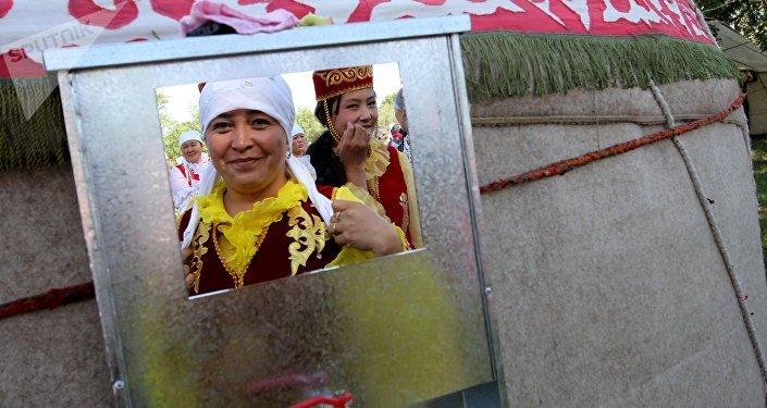 Маданий фестивалдын катышуучулары. Архивдик сүрөт