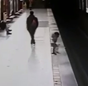 Миланда студент бөбөктү сакташ үчүн метронун жолуна секирген