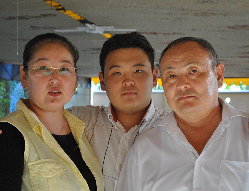 Вице-мэр Бишкека Айгуль Рыскулова с мужем и сыном