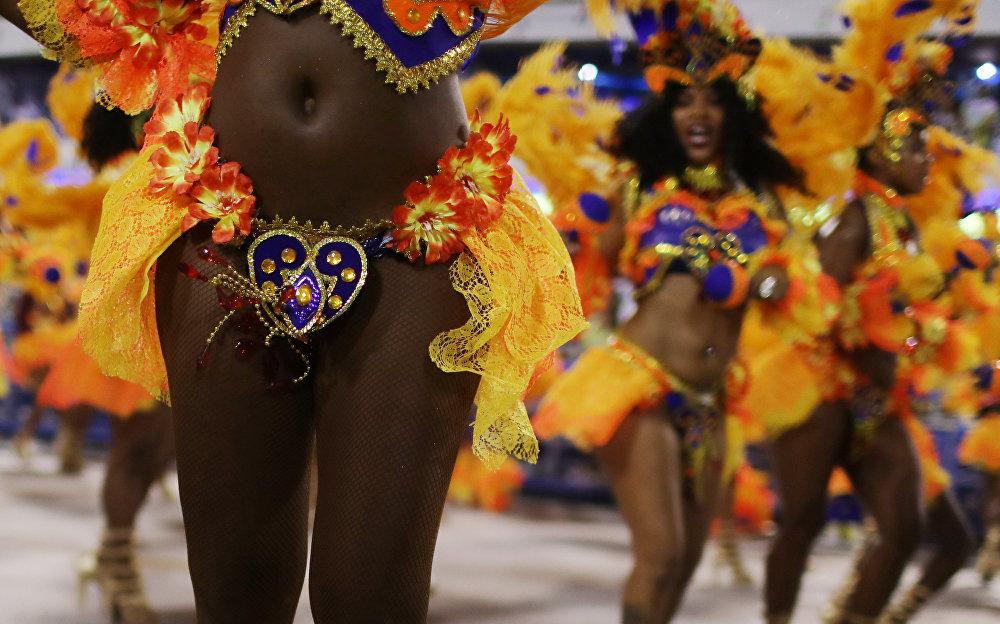 Горничные онлайн самый откровенный бразильский карнавал голые толстые женские