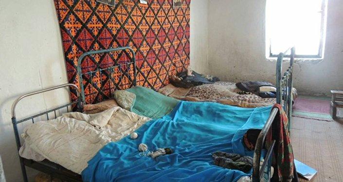 Каракол шаарында 9 баласын багып, оорулуу күйөөсүн карап күн кечирген үйбүлөнүн турак жайы