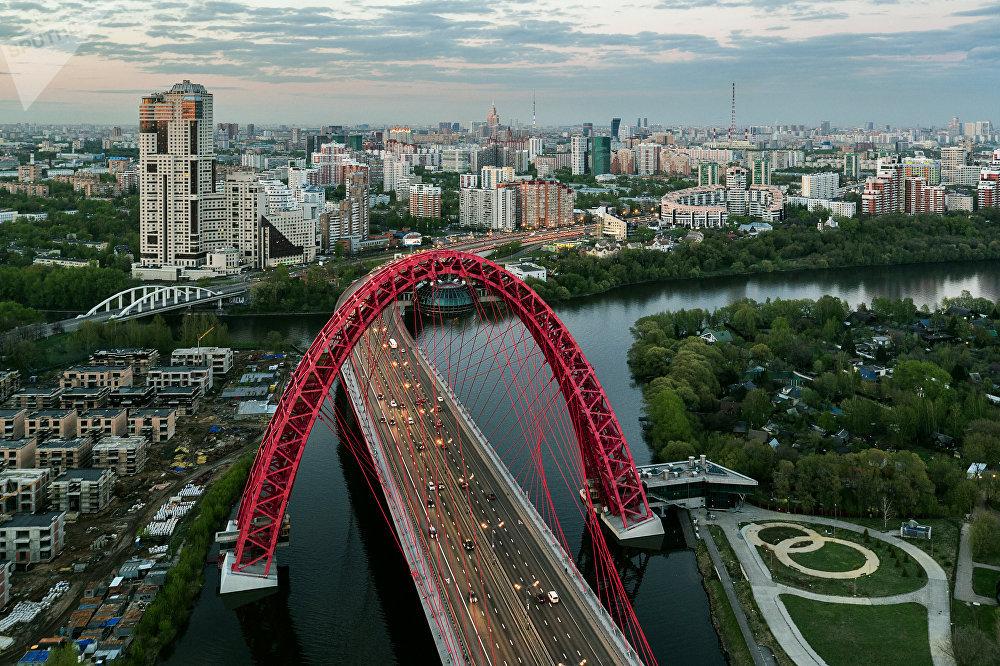 Москвадагы бул көпүрө 2007-жылы ачылган. Ал Европадагы асылып турган эң бийик көпүрө болуп саналат. Узундугу 1,5 чакырым, туурасы 40 метр