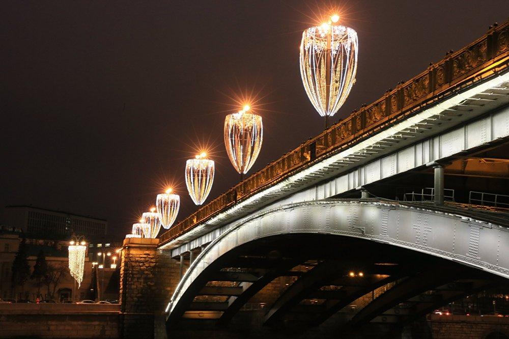 Москвадагы Чоң таш көпүрө, XVII кылымда салынган. Ал шаардагы эң биринчи көпүрөлөрдөн