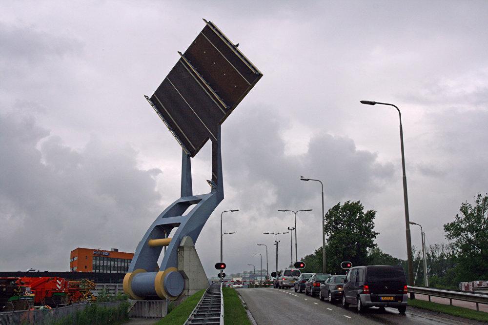 Нидерландыдагы учкан көпүрө. Адаттан тыш бул көпүрө суу транспорту менен автоунаалардын өтүшүн камсыздайт