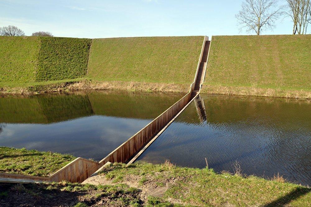 Нидерландынын Хальстерен шаарындагы бул көпүрө башкалардан өзгөчөлөнүп, суу эки тарабынан тосуп турат. 2011-жылы мыкты долбоор аталган