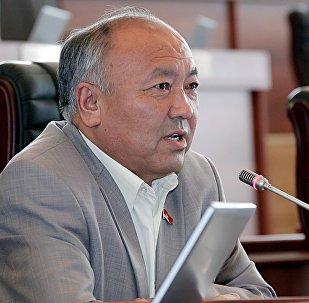 Архивное фото экс-депутата Жогорку Кенеша от фракции СДПК Жусупали Исаев во время заседания