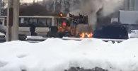 Горящий автомобиль в центре Петербурга потушил экскаватор — видео